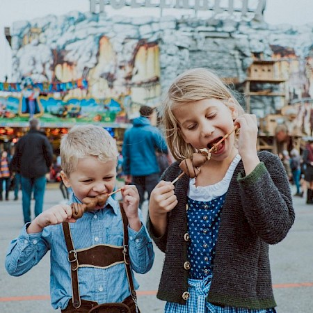 Children can also feel comfortable in traditional costume on the Wiesn