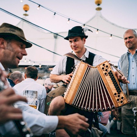 Musicians in the beer garden at the Oide Wiesn