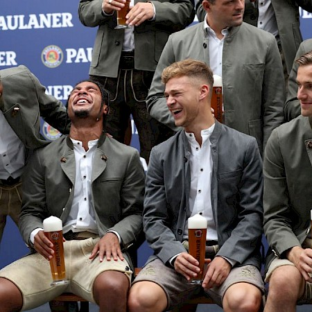 Philippe Coutinho, Robert Lewandowski and Co. cut a really good figure with the Lederhosen and also the beer obviously tastes good.